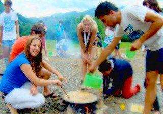Concurso gastronómico por grupos. Haciendo paella en el jardín