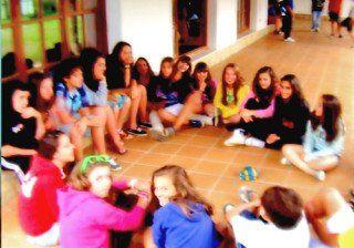 Grupo de amigos charlando en la terraza del campamento