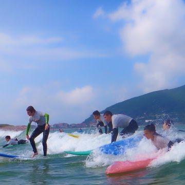 Grupo cogiendo olas