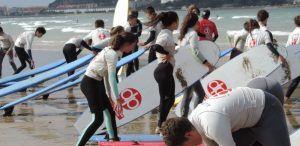 Grupo de jóvenes se dispone a comenzar con la escuela de surf