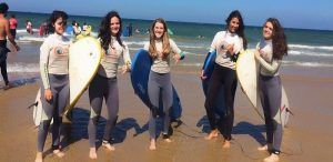 Curso de surf, momentos antes de coger olas en la playa