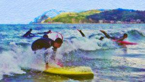 jóvenes cogiendo olas en los campamentos de surf