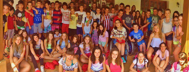 Grupo de adolescentes pasadas ediciones del campamento