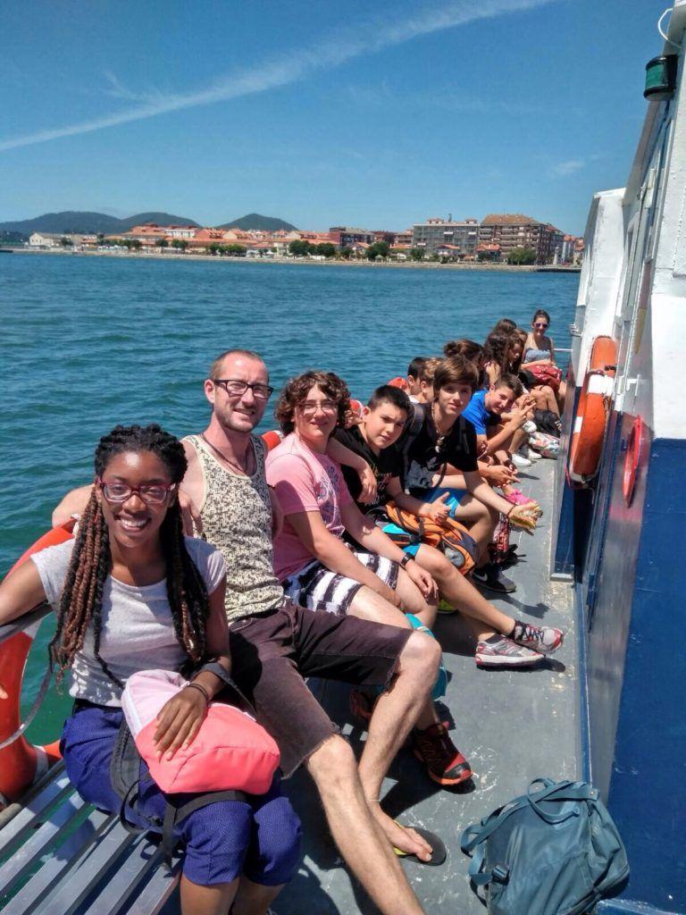 Grupo del capa subido a un barco que les acerca a una actividad