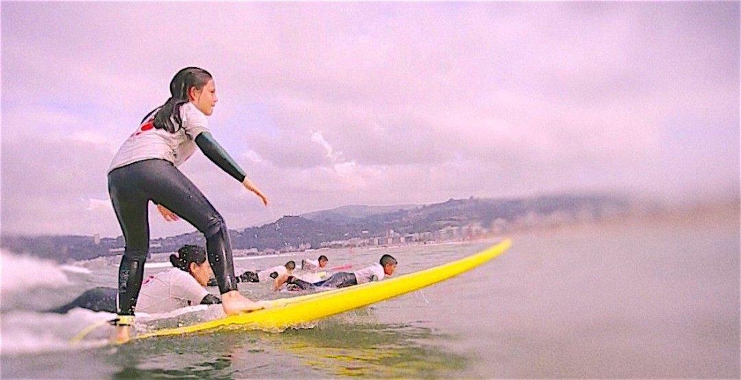 Practicando surf durante las vacaciones
