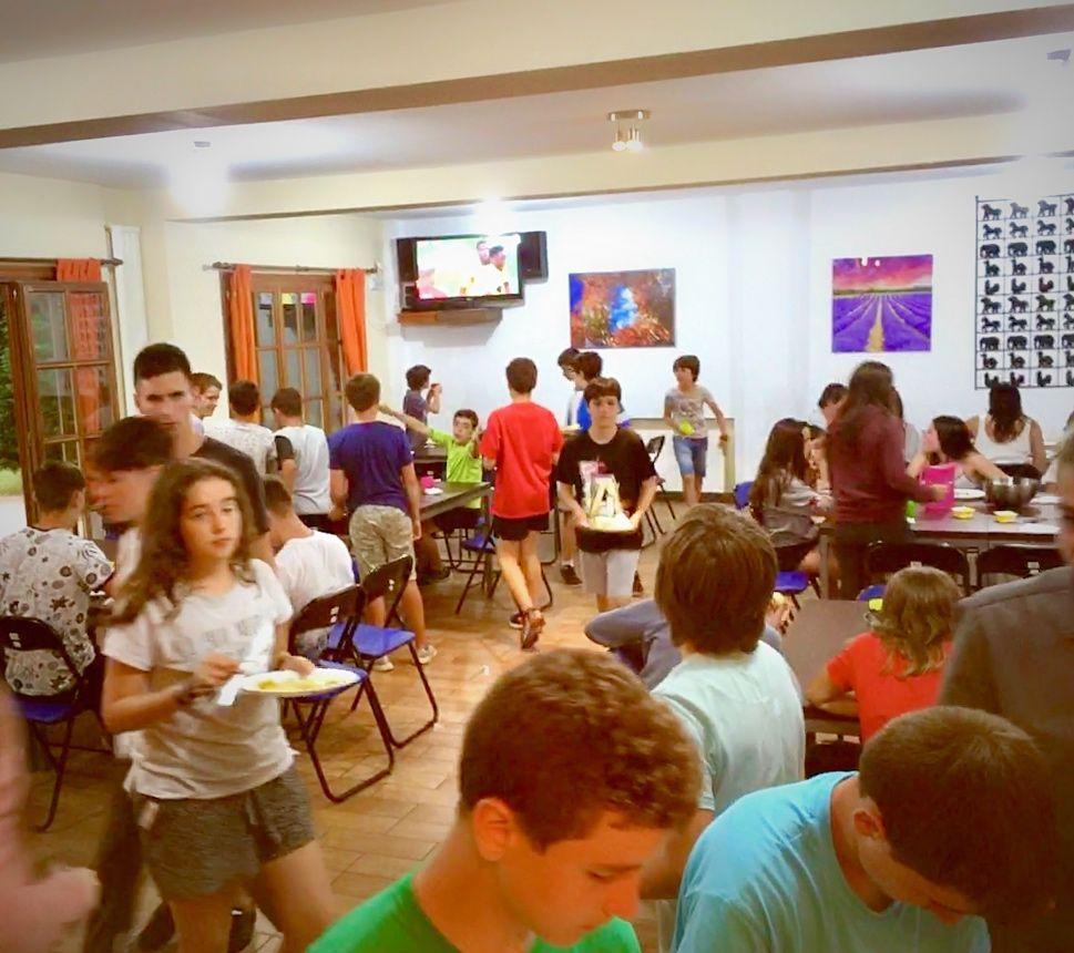 Grupo de jóvenes recogiendo el comedor