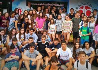 Grupo de jóvenes en la entrada de la surfschool