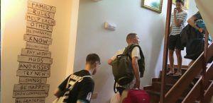Jóvenes y adolescentes se acomodan en las instalaciones a su llegada